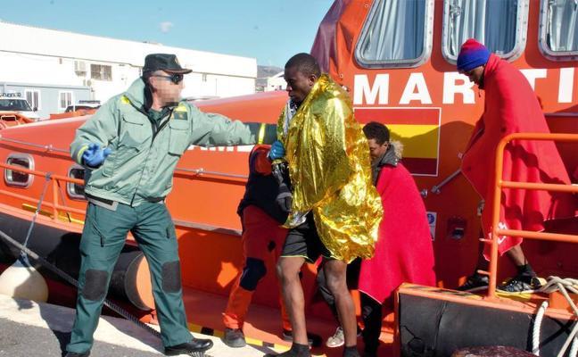 Trasladan al Puerto de Málaga a 52 inmigrantes de una patera rescatados