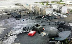 Un punto negro y contaminado junto a la playa de Sacaba