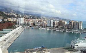 Rescatan en Málaga a tres inmigrantes que viajaron siete horas ocultos en el exterior de un buque