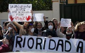 Padres del colegio Los Ángeles exigen a la Junta la retirada de un porche con amianto