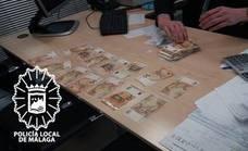 Devuelve un sobre con 10.000 euros que un anciano perdió tras sacarlos del banco en Málaga