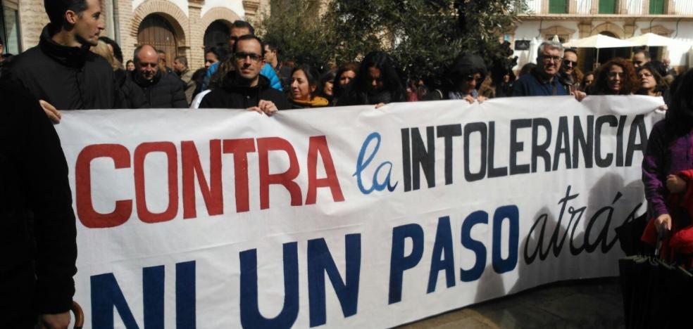 Denuncian pintadas contra el profesor que lideró las protestas de Archidona