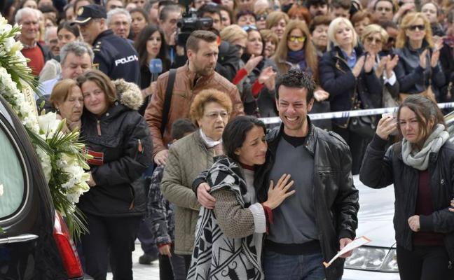La madre de Gabriel: «La bruja ya se ha ido y pido a todos que hoy pongan la canción 'Girasoles'»