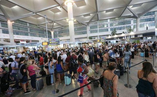 Detenidos por increpar e insultar a policías del aeropuerto de Málaga
