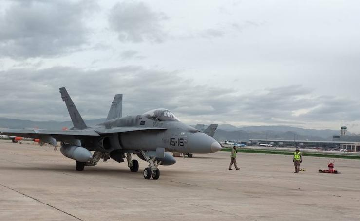 Maniobras aéreas de cazas F-18 en Málaga
