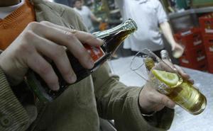 Intervienen más de 2.500 botellas falsificadas de una conocida marca de ron en varias distribuidoras, una de ellas en Marbella
