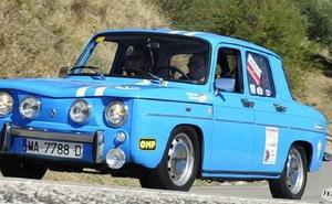 Medio centenar de vehículos clásicos participan en una prueba en Rincón de la Victoria