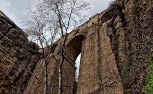 Ronda remite a la Junta el estudio que le requirió para construir una pasarela en el fondo del Tajo
