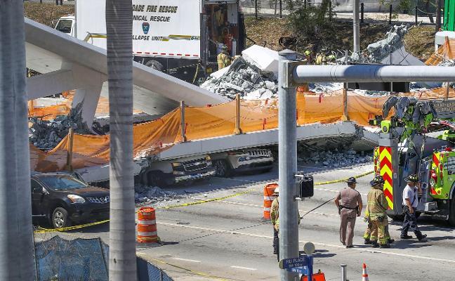 Un puente peatonal recién colocado aplasta a automovilistas en Miami