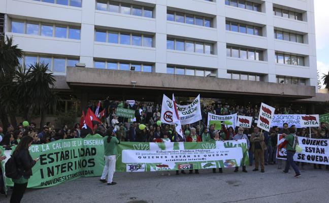 Profesores interinos se manifiestan en Málaga por su estabilidad laboral