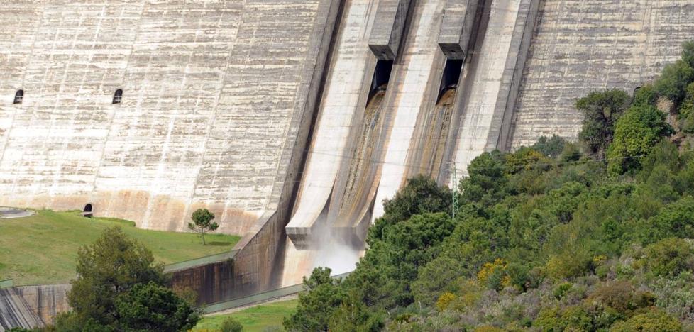 La presa de La Concepción se llena y empieza a tirar agua al mar