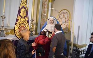 Medio centenar de invidentes conocen las imágenes de la Semana Mayor de Vélez-Málaga