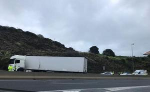 Un camión hace la tijera y corta dos carriles en la A-7, a la altura de la Cala de Mijas