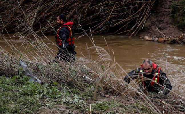Buscan a un guardia civil de Málaga desaparecido en un arroyo al intentar rescatar a una pareja