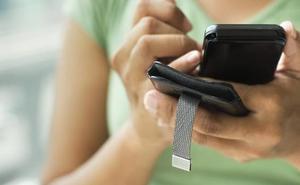 Una policía local entretiene al móvil a un supuesto maltratador para que una patrulla lo detenga
