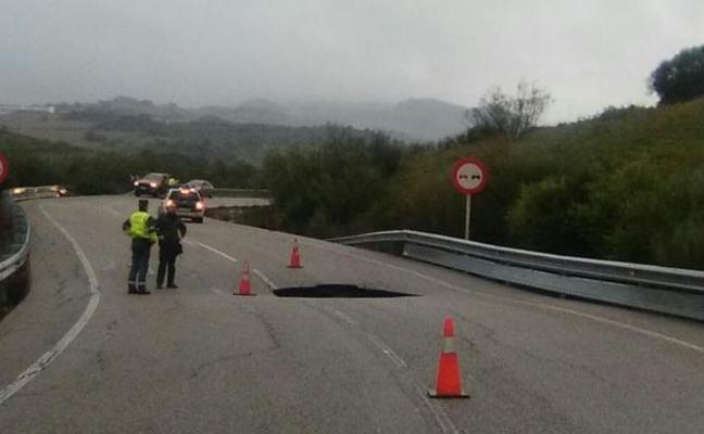 Un socavón corta el tráfico entre Ronda y Sevilla