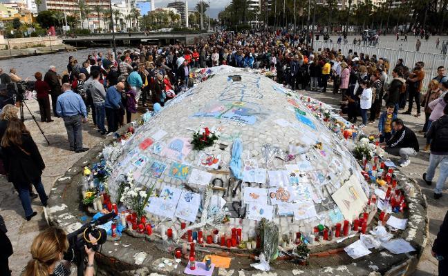 Almería quiere convertir su monumento a la ballena en memorial de Gabriel