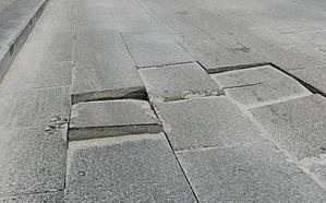 Una calle con graves desperfectos