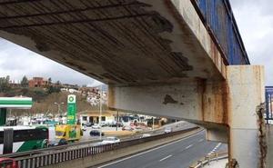 Mijas denuncia el peligro de «colapso» de una pasarela peatonal sobre la A-7