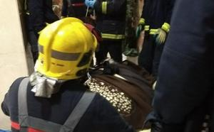Ocho bomberos trasladan a un paciente de 300 kilos al Clínico para ser tratado