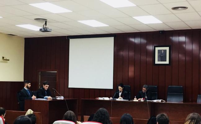 Alumnos de Derecho se ponen la toga por primera vez en juicios simulados