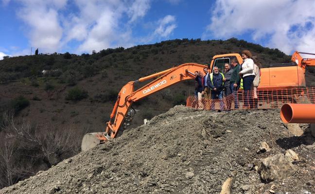 Un mes más de obras para reabrir la carretera entre Salares y Árchez