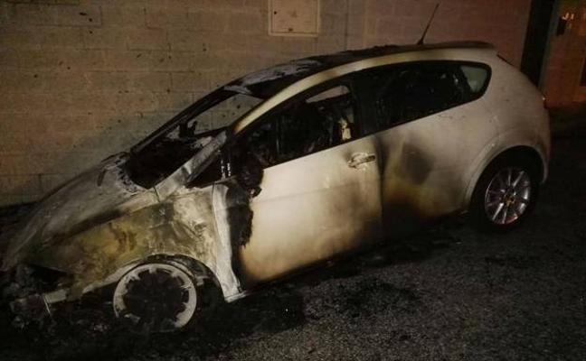 Detenido por prenderle fuego al coche de la madre de un edil de Podemos en Rincón de la Victoria