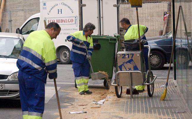 Limasa usará campanas de alta presión para retirar la cera del suelo en Málaga en Semana Santa