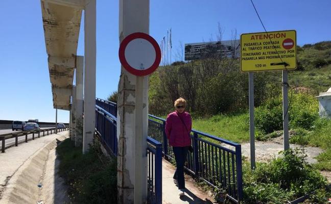 La pasarela de la A-7 en mal estado se usa pese a haber una señal que lo prohíbe