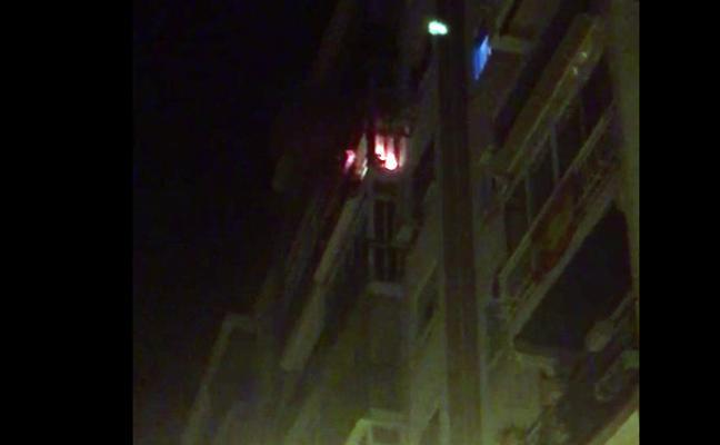 Una mujer afectada por inhalación de humo en el incendio de una vivienda en Málaga capital