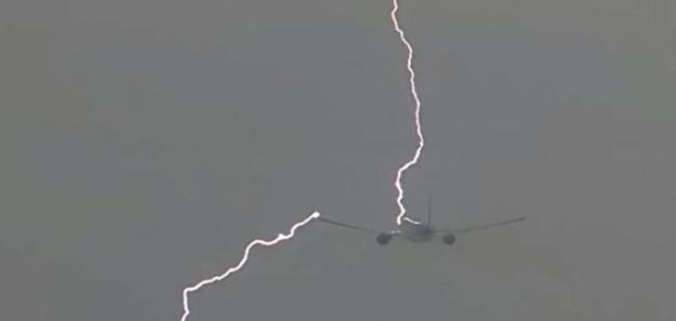 ¿Qué pasa cuando un rayo alcanza un avión? Respuestas a preguntas que te dejarán volar más tranquilo