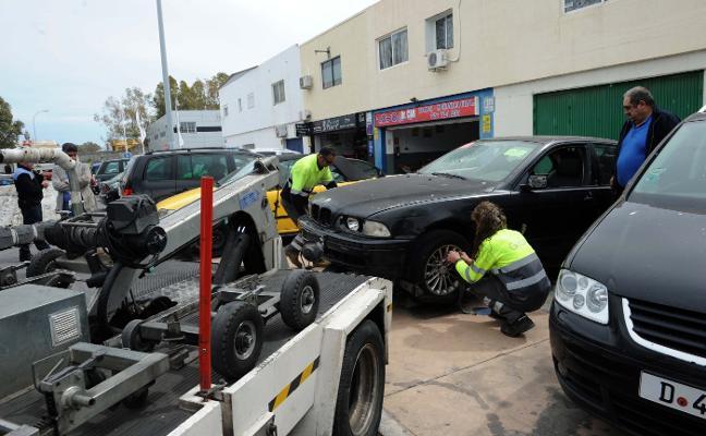 El Ayuntamiento limpia el polígono de coches abandonados y retira 40 vehículos en dos días