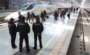 Así trabaja la Brigada Móvil de la Policía que vigila los medios de transporte en Málaga