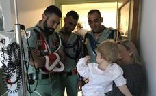 La Legión vuelve a visitar a los menores ingresados en el Hospital Materno Infantil de Málaga