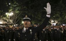 La Policía Local canta su himno durante la procesión de La Estrella