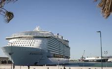El crucero más grande del mundo, 'El Symphony of the Seas' ya está en Málaga