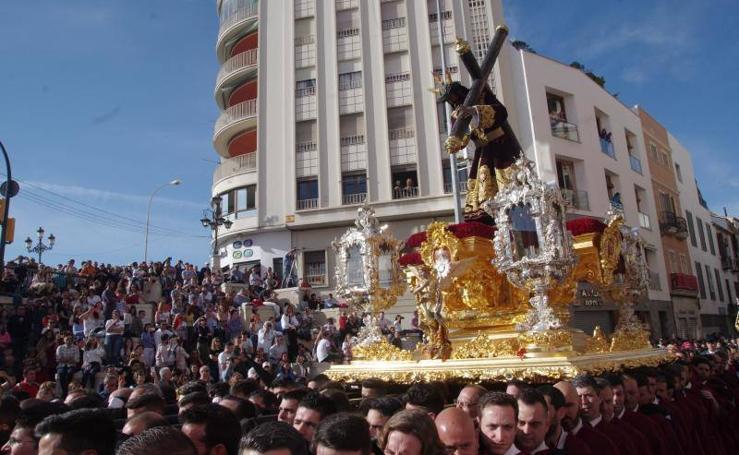 Salida en procesión del Nazareno de Viñeros y Virgen del Traspaso y Soledad en Málaga