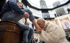 El Papa lava los pies a doce presos con motivo de la misa del Jueves Santo