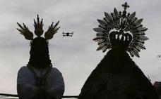 Denuncian a una mujer por sobrevolar con un dron el traslado del Cautivo en Málaga