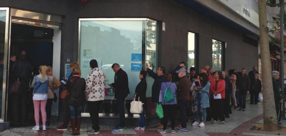 Colas en Málaga para solicitar el nuevo bono social de la luz