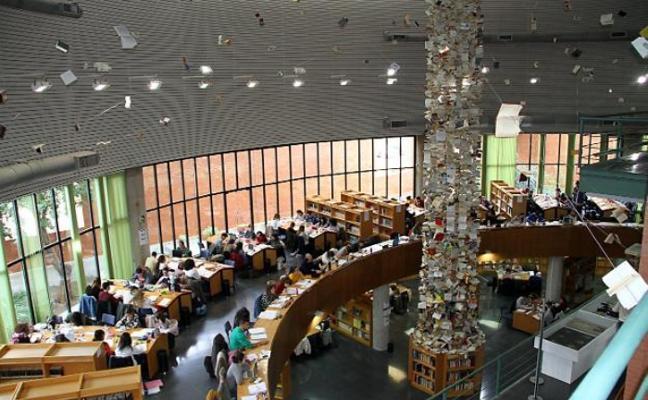 Una torre de papel en la Biblioteca General
