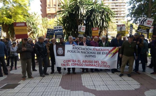LOS AGENTES JUBILADOS DE LA POLICÍA SE CONCENTRAN