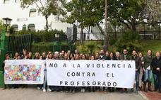 Profesores del colegio José Banús de Marbella se concentran contra la agresión a un profesor por parte de un padre