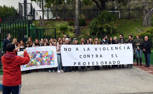 Profesores del colegio José Banús se concentran contra la agresión a un profesor