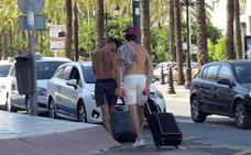 Marbella multará este verano a quienes vayan por la calle sin camiseta o en bañador