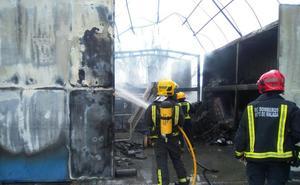 El fuego en el contenedor de residuos del taller de Renfe de Málaga provoca la fuga de materias peligrosas