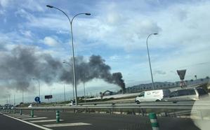 Una gran columna de humo visible desde distintos puntos de la capital alerta a los malagueños