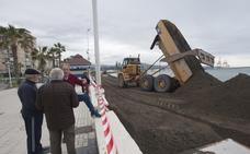La Autoridad Portuaria regenera la playa de Huelin con 20.000 metros cúbicos de arena
