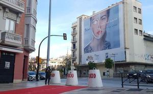 El Ayuntamiento de Málaga vuelve a ocultar la fachada del Astoria con una lona publicitaria