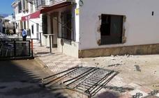 Arrancan la reja de la ventana de un bar en Cartaojal y se llevan el dinero de las tragaperras